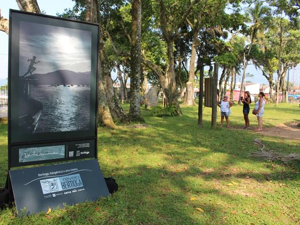 Exposição de fotos acontece no Parque Tupiniquins (Foto: Mariane Rossi/G1)