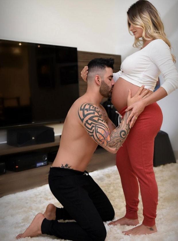 Gusttavo Lima beija a barriga de Andressa Suita (Foto: Reprodução/Instagram)