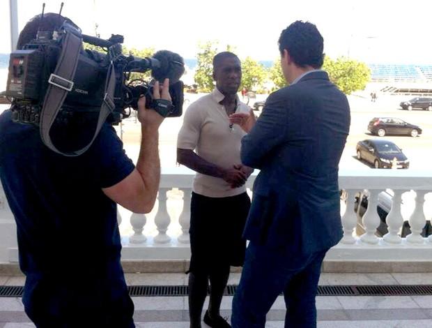Seedorf concede entrevista para a CNN Botafogo (Foto: Thales Soares)