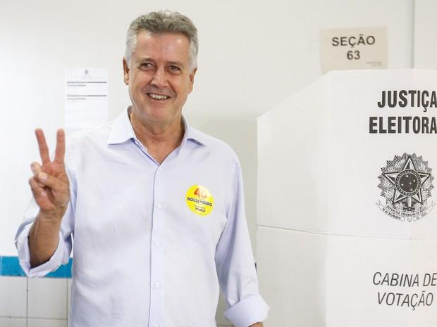 Rodrigo Rollemberg (PSB), candidato ao governo do Distrito Federal, posa para fotos após votar em Brasília (Foto: Dida Sampaio/Estadão Conteúdo)