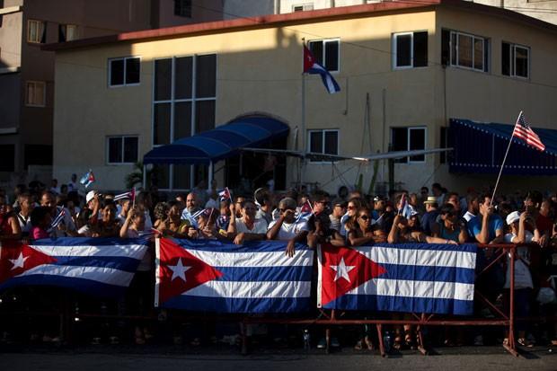 Cubanos aguadaram para ver reinauguração oficial da embaixada dos EUA em Havana (Foto: Alexandre Meneghini/Reuters)