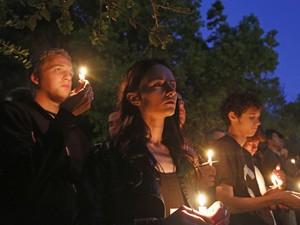 Estudantes da Universidade da Califórnia em Santa Bárbara se reúnem para vigília após ataque que deixou sete mortos, incluindo agressor (Foto:  Reuters/Jonathan Alcorn)