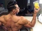 Felipe Franco mostra as costas e ganha elogio: 'Monstro demais!'