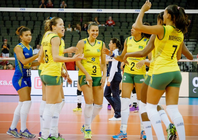 Com Dani Lins no centro, brasileiras comemoram ponto contra China (Foto: Divulgação/FIVB)