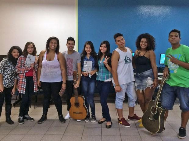 Daniel e os alunos do projeto Arte e Intervenção Social (Foto: Eduardo Pereira/G1)
