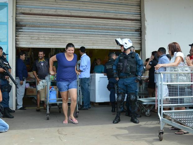 Consumidores eram praticamente escoltados pela polícia na saída do Maxxi Atacado em Campo Grande (Foto: Anderson Viegas/Do G1 MS)