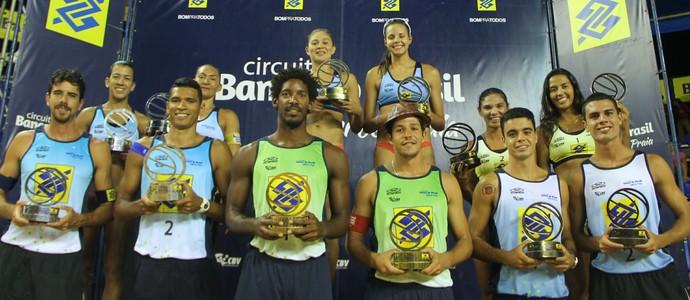 Pódio com os campeões do Super Praia B (Foto: Paulo Franck/CBV)
