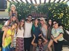 Jéssica Costa exibe barrigão de grávida e é paparicada pela família