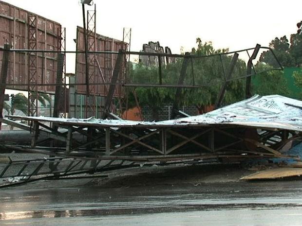 Vendaval destelhou casas, derrubou árvores, postes e autdoors (Foto: Eduardo Andrade/RPCTV)