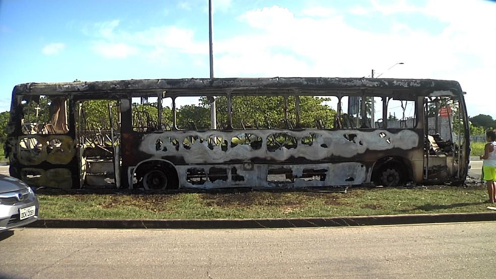 Ônibus foi destruído em um dos ataques em Fortaleza nesta quinta (Foto: TV Verdes Mares/Reprodução)