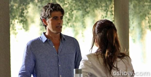 Cadu dispensa sugestão de Clara para pedir ajuda a Marina (Foto: Carol Caminha/TV Globo)