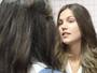 Alina provoca Luciana com frases escritas no banheiro do colégio