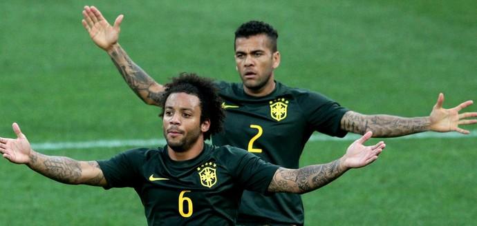 10 anos pelos lados  Marcelo e Daniel Alves completam década na Seleção 12f5b8facbdbd