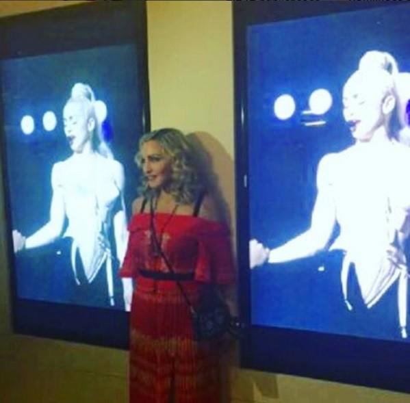 """Madonna na noite desta quarta-feira (24) no MoMA: """"É muito legar assistir a um filme em um museu"""" (Foto: Reprodução/ Instagram)"""