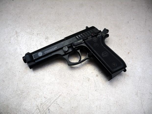 Suspeitos do crime estavam com uma arma de brinquedo (Foto: Walter Paparazzo/G1)