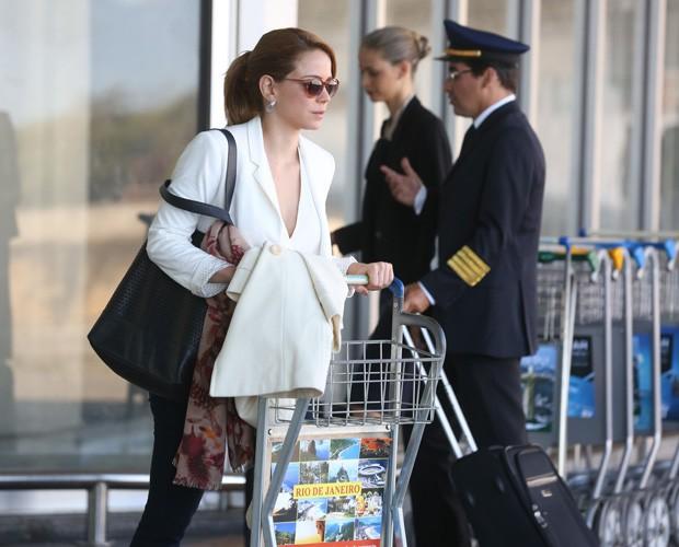 Cristina chega de óculos escuros (Foto: Pedro Curi / GShow)
