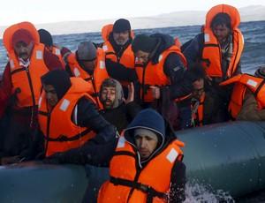 Bote inflável com imigrantes sírios na Grécia. Ele é parecido com o que Wessam Salamana usou (Foto: Reuters)