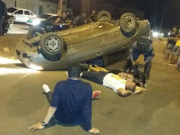 Vítimas sentadas no chão aguardando atendimento médico (Foto: G1 MA)