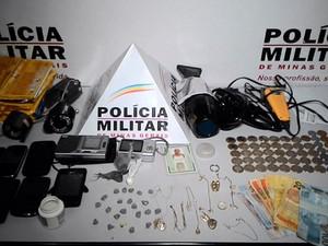 Drogas, eletroeletrônicos, celulares e dinheiro foram apreendidos. (Foto: reprodução\Polícia Militar)