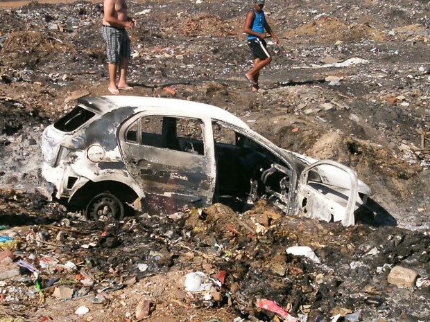 Carro usado pelos suspeitos foi abandonado e queimado pelo grupo (Foto: Pedro Alves)