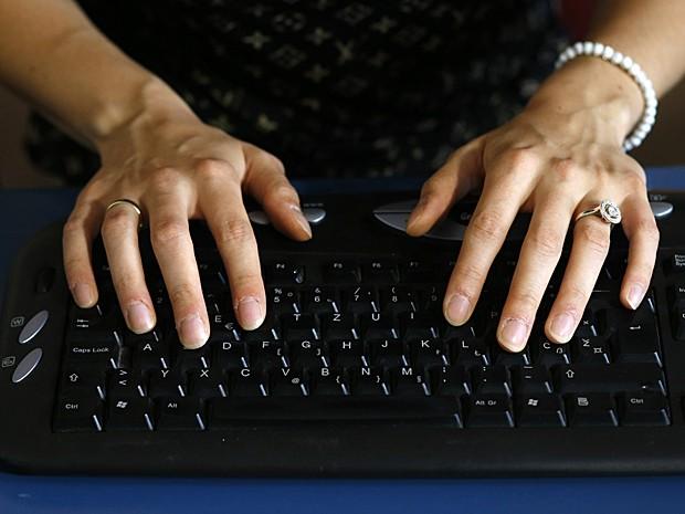 Jovem também inverte o teclado do computador para conseguir escrever direito (Foto: Marko Djurica/Reuters)