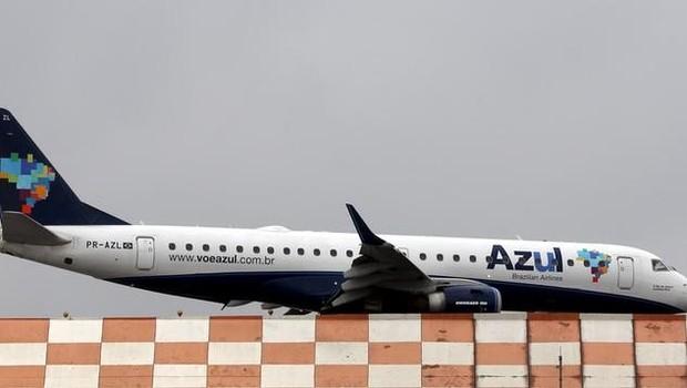 Avião da Azul se prepara para decolar do aeoporto de Congonhas, em São Paulo, no Brasil (Foto: Paulo Whitaker/Reuters)