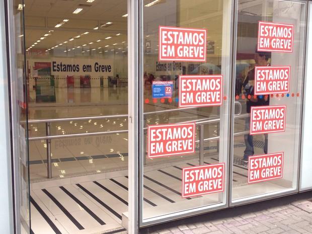 Em Curitiba, agências bancárias também deve permanecer fechadas por tempo indeterminado (Foto: Cristina Graeml / RPC)