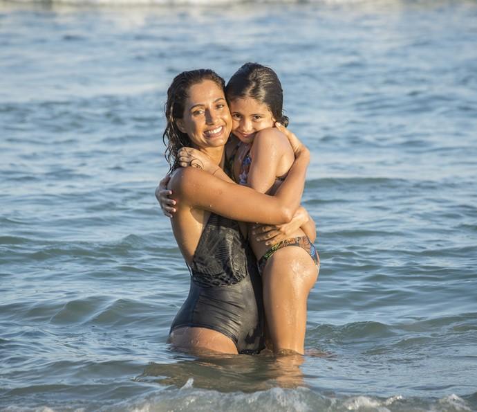 Antônia é muito carinhosa com a mãe (Foto: Felipe Monteiro/Gshow)