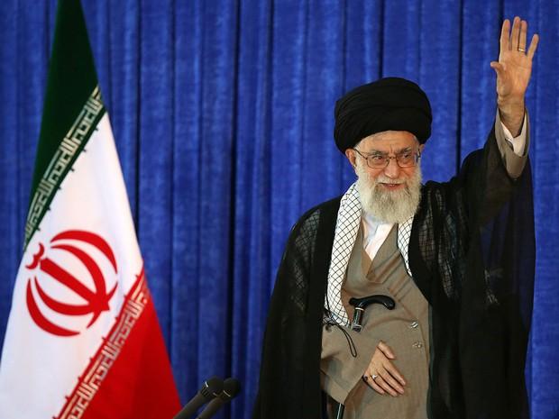 O líder supremo do Irã, aiatolá Ali Khamenei, acena ao discursar em Teerã, na sexta (3) (Foto: Leader.ir/Handout via Reuters)