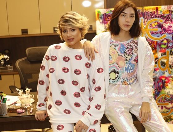 Andressa Salomone (esquerda) posa ao lado com uma modelo usando uma das suas criações (Foto: Gil Bianchini)