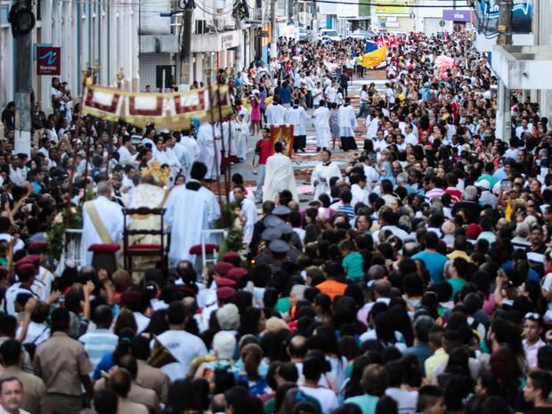 Ruas do Centro de Maceió foram tomadas pelos fiéis (Foto: Jonathan Lins/G1)