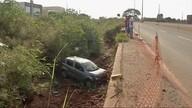 Carro cai em valeta de avenida em Rondonópolis