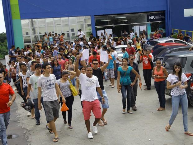 Em protesto, candidatos deixaram as salas de aula (Foto: Flora Dolores/O Estado)