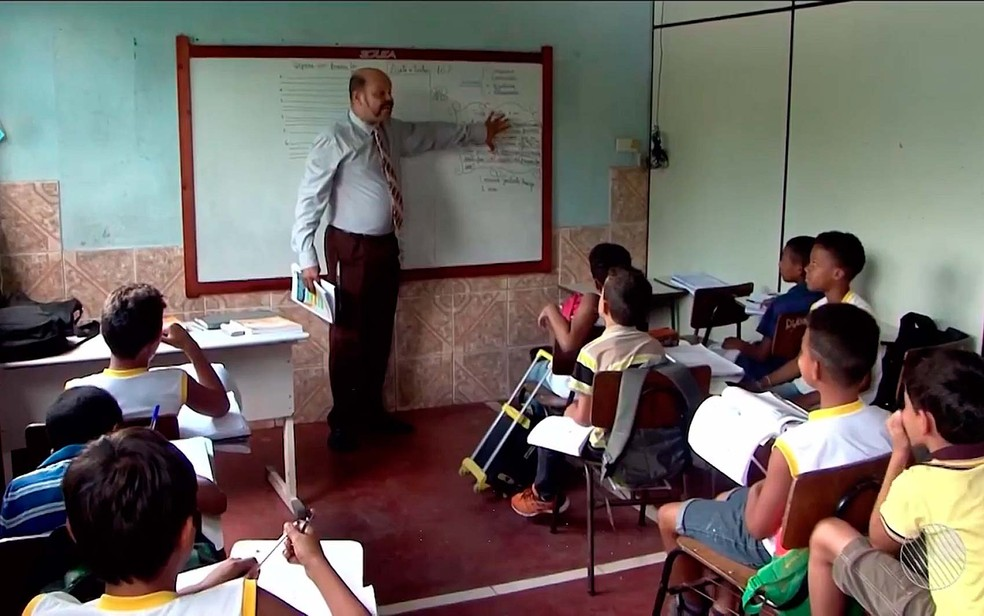 Escola em Itabuna tem salas apertadas e são separadas com divisórias de madeira na Bahia (Foto: Imagem/TV Santa Cruz)