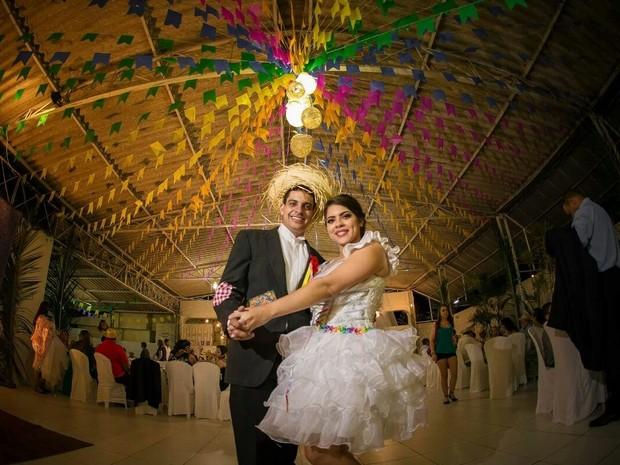 Casal e amigos montaram a decoração do salão de festas (Foto: Vivianne Bouvier/Divulgação)
