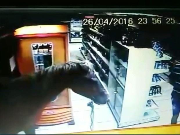 Assaltante entrou em estabelecimento com cavalo e realizou assalto (Foto: Reprodução/TV Cabo Branco)