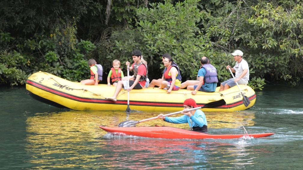 Passeio de bote é um das atividades oferecidas no Geopark em Bonito (Foto: Anderson Viegas/G1 MS)