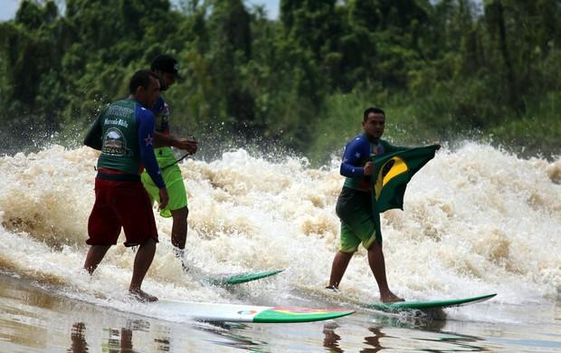 A equipe da Associação Brasileira de Surf na Pororoca (ABRASPO) depois de surfar a pororoca Bono, localizada em Sumatra, na Indonésia. (Foto: George Noronha/Divulgação)