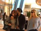 Sophia Abrahão passeia com Sergio Malheiros e ganha beijo carinhoso