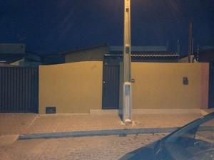 Casa onde funcionava desmanche de veículos (Foto: Harrison Moreira/PM)