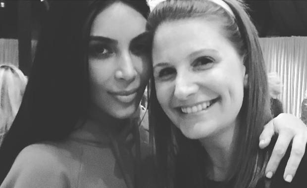 Kim Kardashian posa para selfie durante festa de Natal de Kris Jenner (Foto: Reprodução)