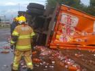 Caminhão de bebidas tomba na DF-075; carga fica espalhada