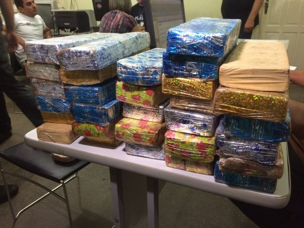 Segundo a PRF, droga estava embalada em papel de presente (Foto: Kléber Teixeira/ Inter TV Cabugi)