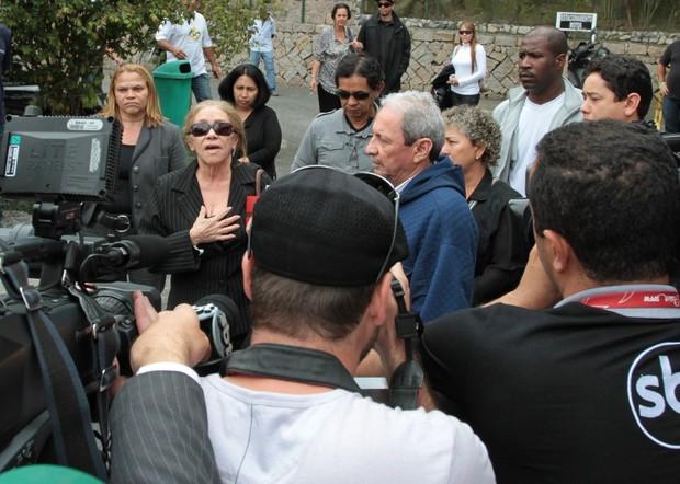 Pai e mãe de Champignon saem do sepultamento  (Foto: Orlando Oliveira e Francisco Cepeda/AgNews-Santos/SP)
