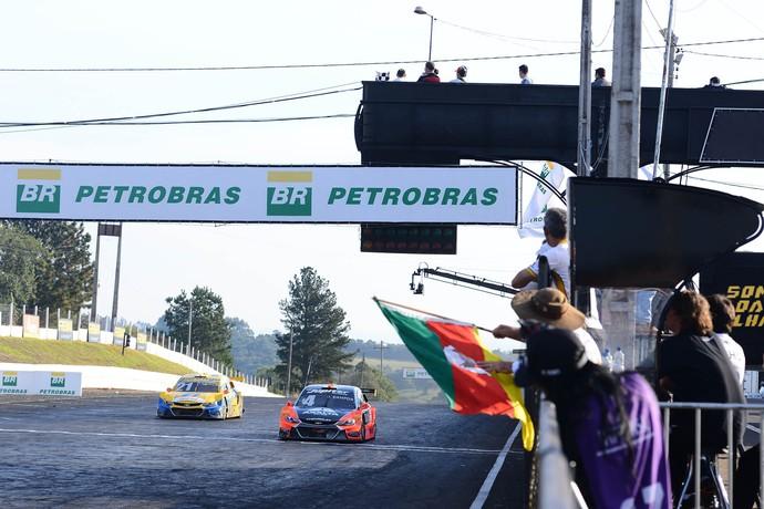 Julio Campos vence Thiago Camilo por menos de 1s em Tarumã na Stock Car (Foto: Fernanda Freixosa)