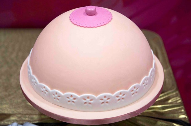 Um dos bolos que chamaram atenção era um no formato de um seio (Foto: Neil Hall/Reuters)