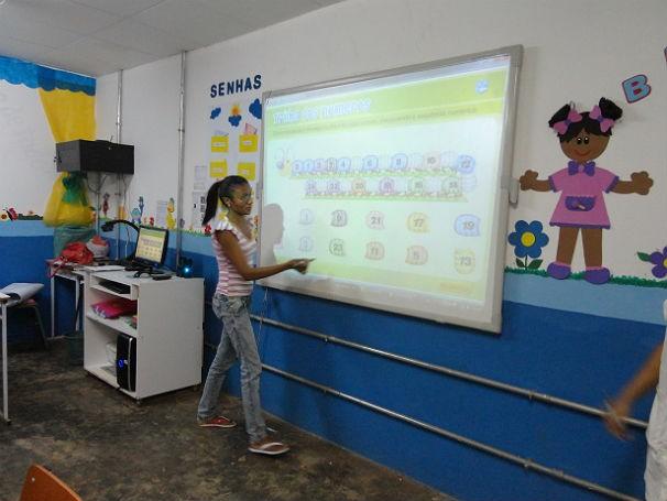 Professores do munícipio de José de Freitas, no Piauí, usando lousa interativa (Foto: Divulgação)