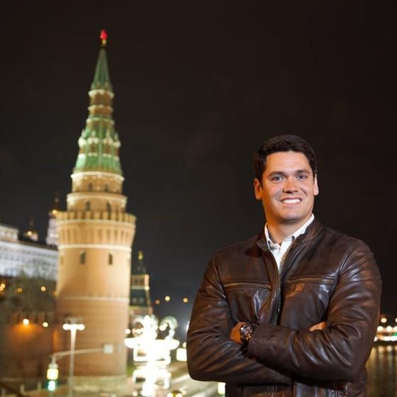 O repórter Marcelo Courrege posa na Rússia, onde ele vai permanecer trabalhando até meados de 2018 (Foto: Divulgação/ Rede Globo)