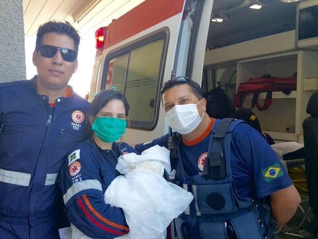 Equipe do Samu com o bebê Pedro Henrique, que nasceu nesta terça-feira (31) dentro de ambulância, a caminho do Hospital Regional de Ceilândia (Foto: Samu/Divulgação)