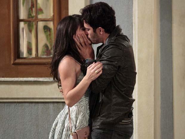Carolina não resiste aos beijos de Zenon (Foto: Guerra dos Sexos / TV Globo)